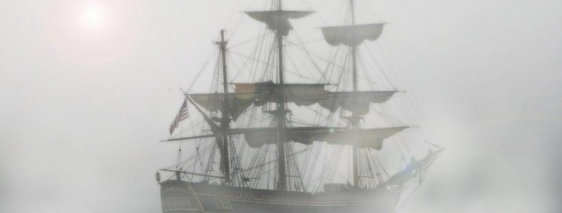 Bateau pirate dans le brouillard